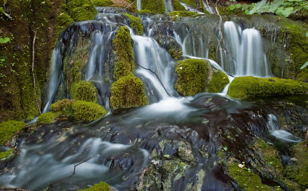 Plitvice Lakes, a waterfall. Photo from 2007 by Roman Bonnefoy, shared through Wikipedia. http://www.romanceor.net/.